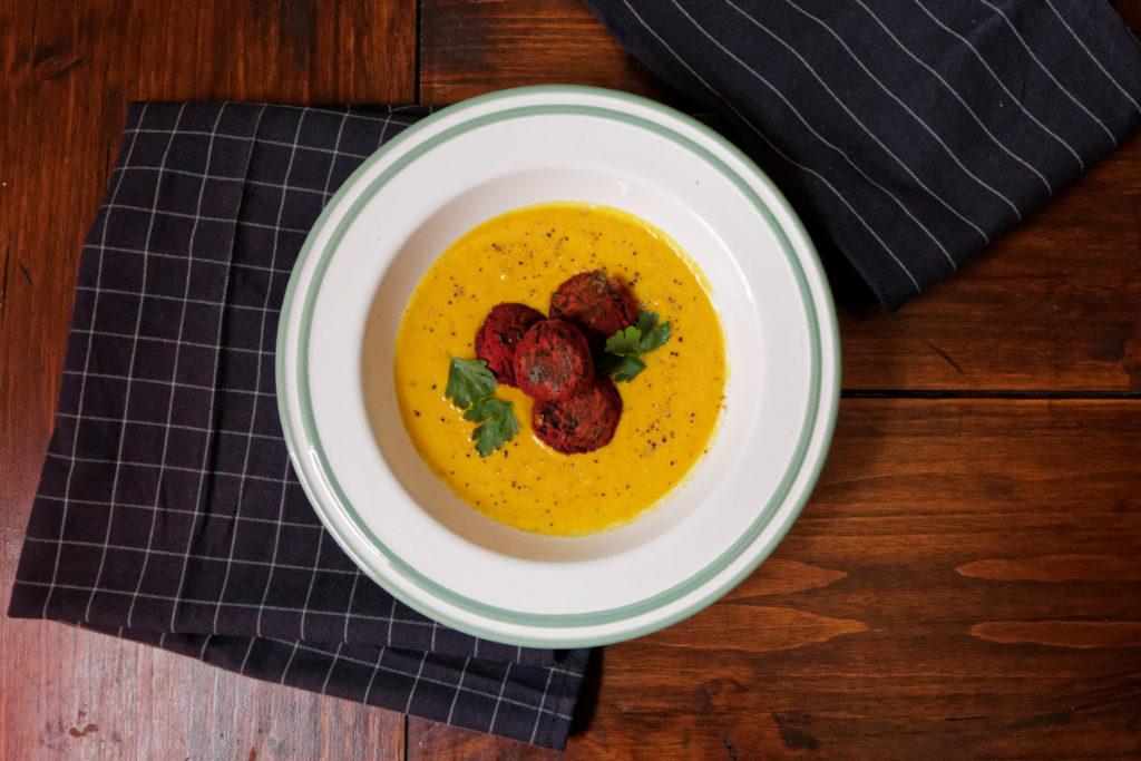 Gemüsebällchen aus Trester mit einer sommerlichen Suppe