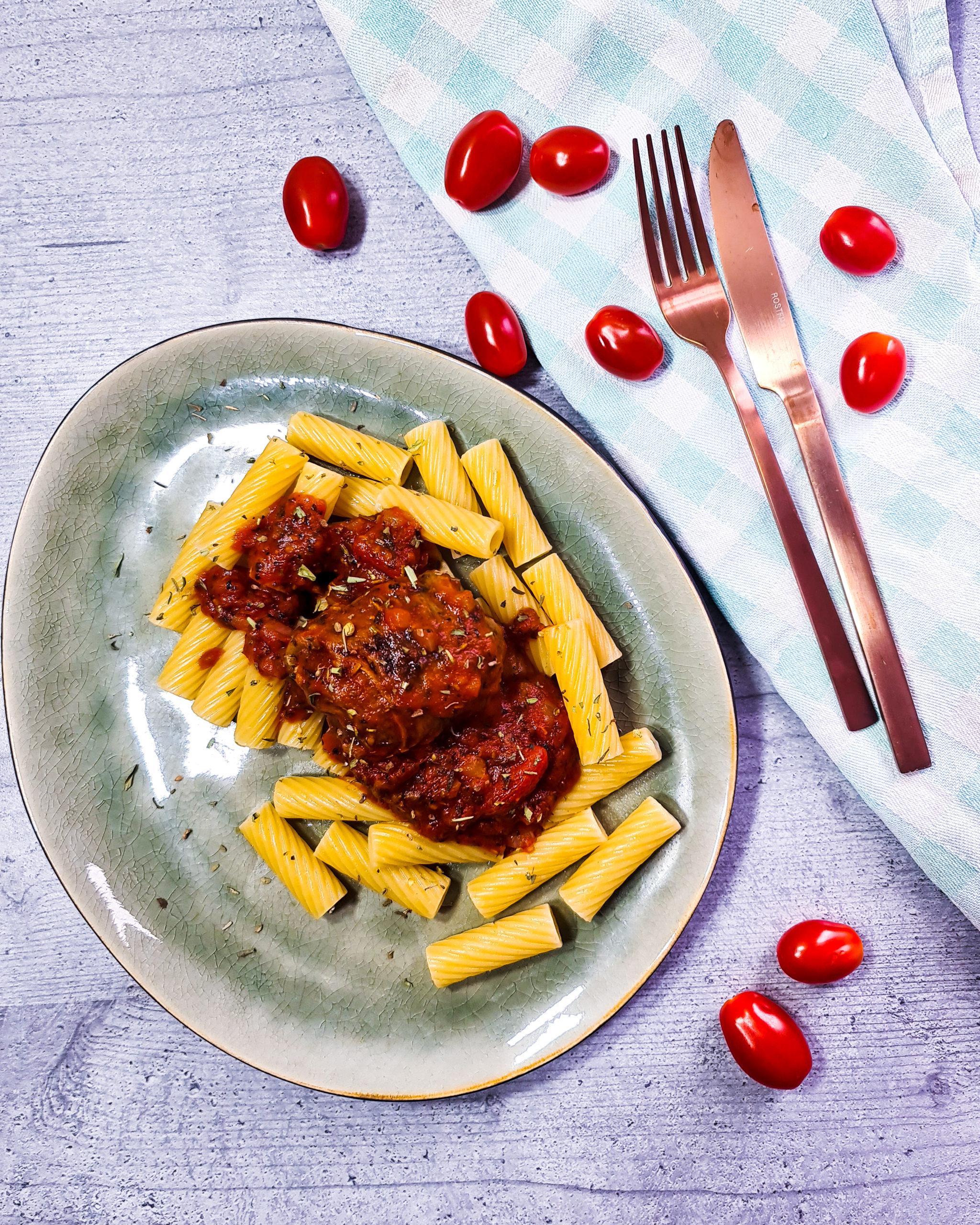 Nudeln mit veganer Roulade und Tomatensoße